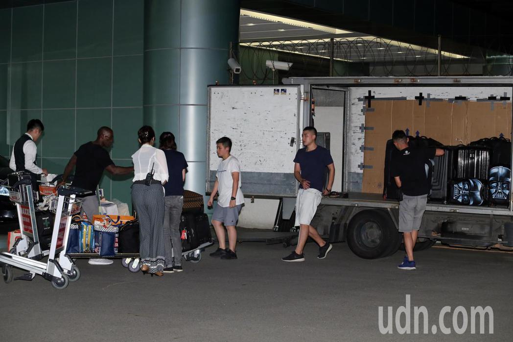 加拿大歌手席琳狄翁深夜搭乘私人專機抵達松山機場,一箱又一箱的行李堆滿卡車。記者許...