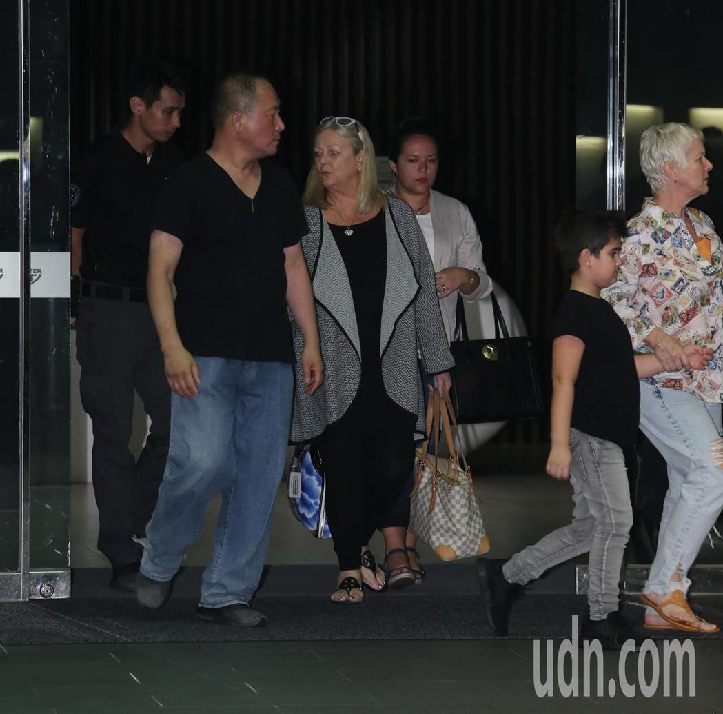 加拿大歌手席琳狄翁即將在台舉辦演唱會,深夜她與家人搭乘私人專機抵達松山機場。記者...