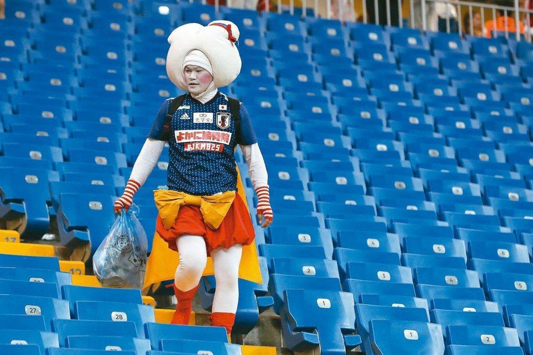 日本球迷自發性清理球場的舉動,引起國際讚揚。 美聯社