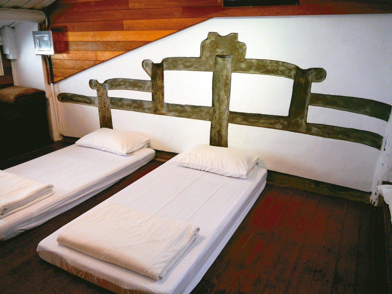 屎溝墘客廳二樓床頭保有原始的屋簷,是昔時老厝高度。 記者羅建怡/攝影