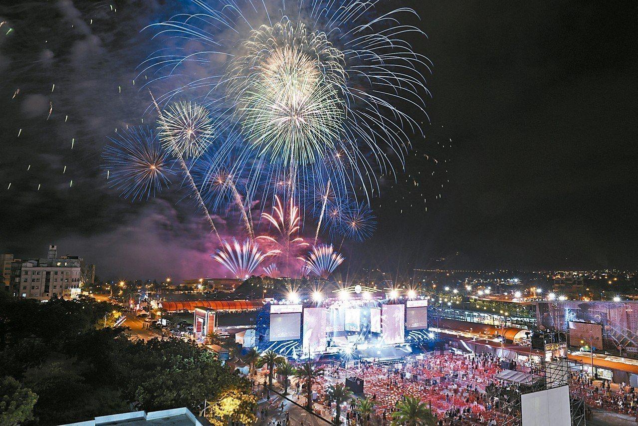 花蓮縣政府舉辦的2018夏戀嘉年華,開幕首日施放3分鐘煙火秀。 圖/花蓮縣府提供