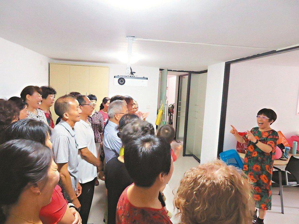 成為淘寶最高齡的新員工後,劉艷萍(右)仍帶領著一群「老朋友」練唱、表演。 特派記...