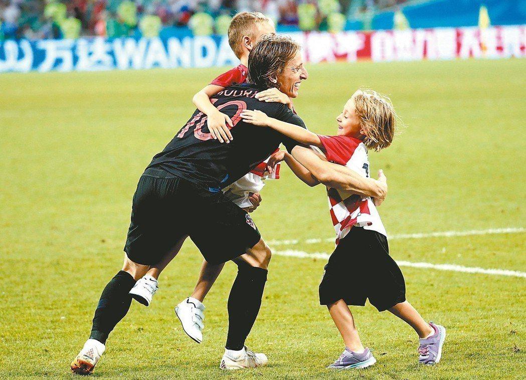 克羅埃西亞在世足賽闖進四強,前鋒莫德里奇與兒子、女兒一起慶祝。 (歐新社)