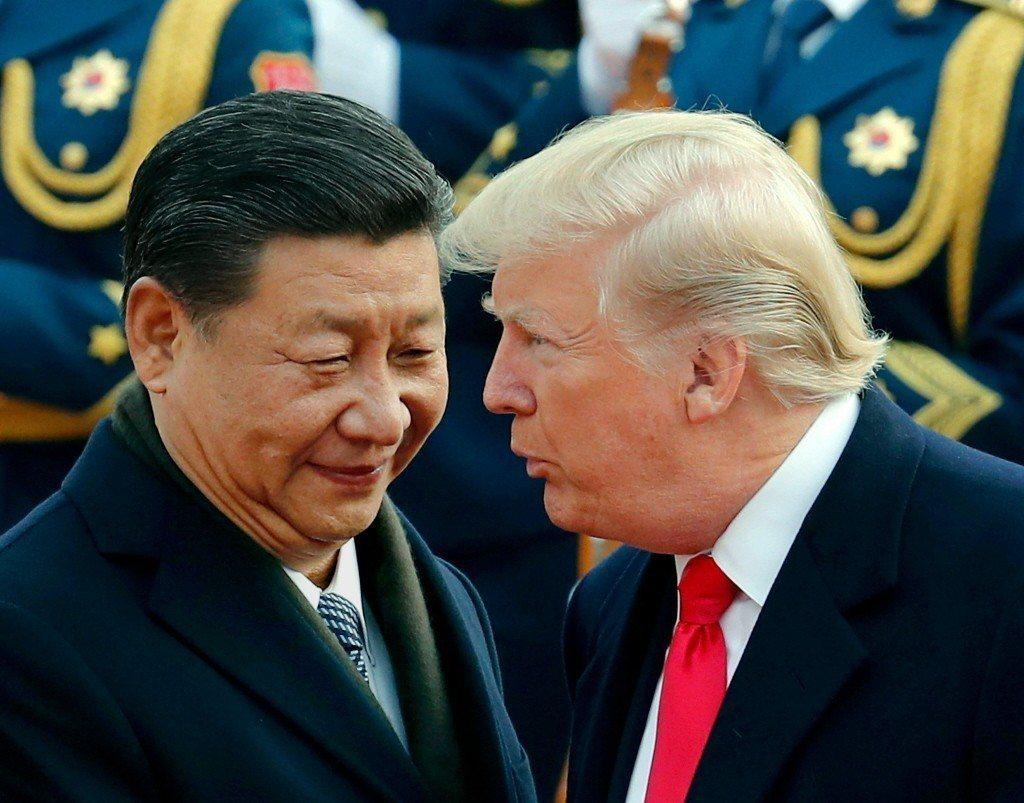 中美貿易戰開打,有專家認為,最終結局將視川普(右)的意向而定。圖左為習近平。(美...