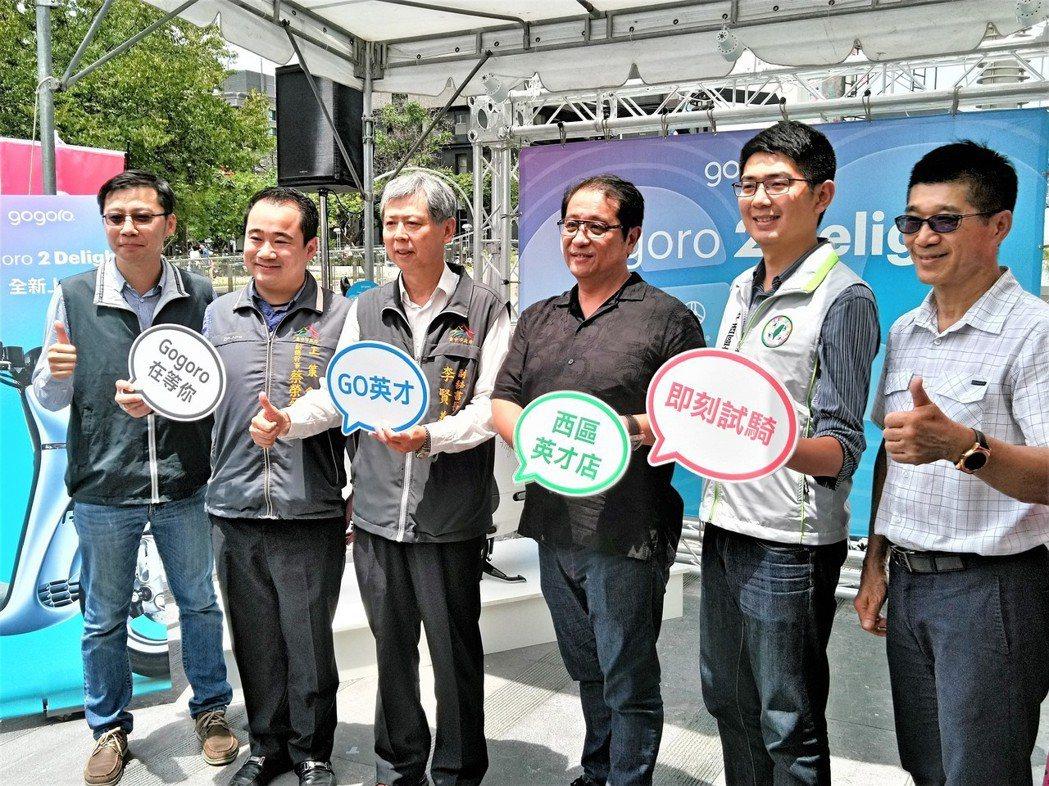 台中市政府副秘書長李賢義(左三)出席電動機車換電站成立典禮,表示會繼續打造電動機...