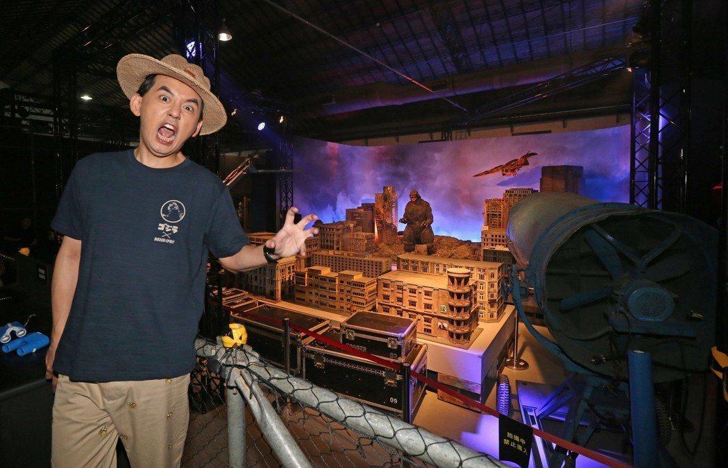 藝人黃子佼下午在鏡頭前,幽默逗趣的帶領觀眾,參觀在華山藝文特區舉辦的哥吉拉展。記...