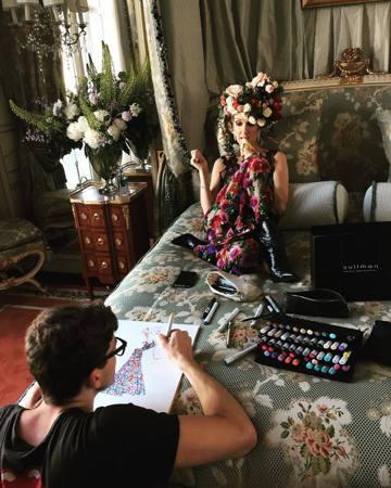 50歲的席琳狄翁(Celine Dion)正舉行亞洲巡迴演唱會,11日起在台北小巨蛋開唱3場。她8日搭乘私人飛機在松山機場降落,雖然行程低調但現場還是有一群粉絲聚集;她和雙胞胎兒子艾迪、尼爾遜抵台後...