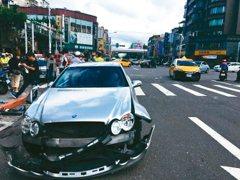 借車撞爛車 保險說不賠 別嘔,這條款救了你…