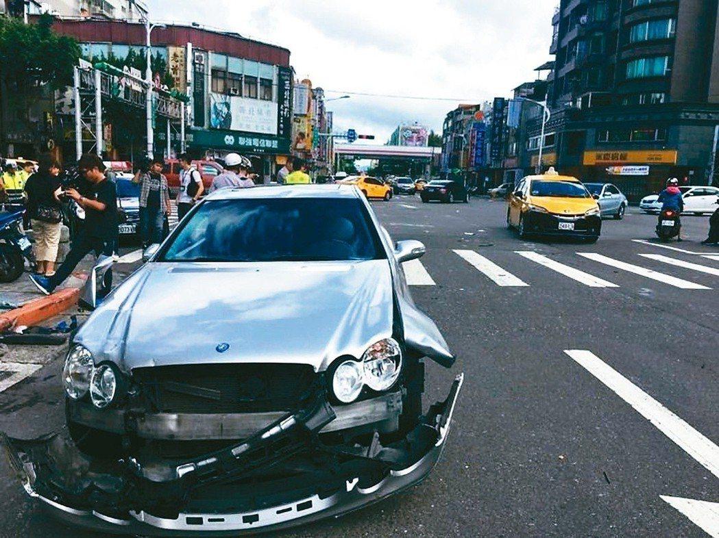 汽車若借朋友開,發生事故,產險公司理賠後,會再向車主的「朋友」追償。 圖/聯合報...