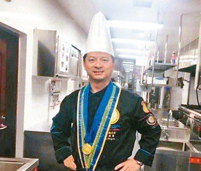 林漢昌胸掛獎牌,穿著在法國獲獎時的戰袍。 中新網
