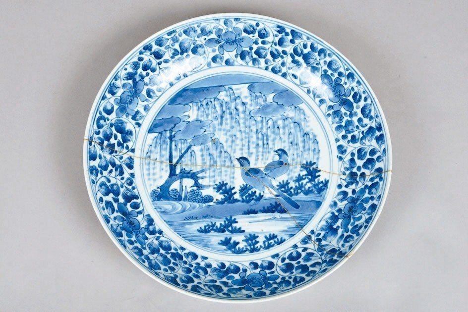 「青花柳葉鳥紋盤」在修復過程中,第一次採取「金繼」修復技法,此項日本傳統的技法,...