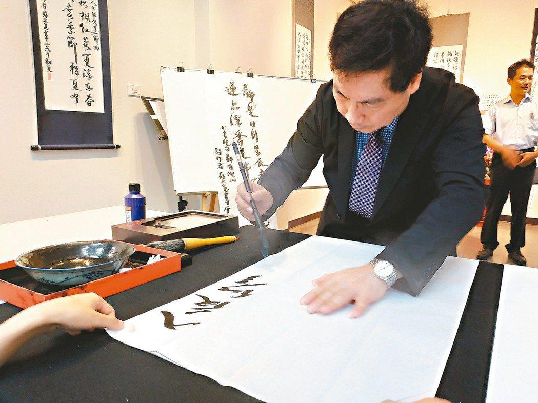 大山電線電纜副董事長蘇文寬在雲科大藝術中心舉辦「寬心書情話意」展覽。 圖/何秀玲