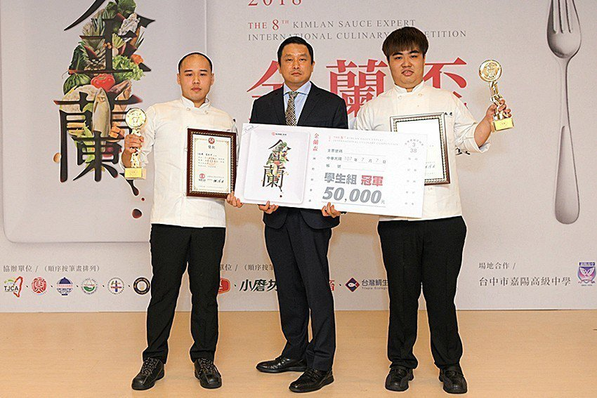 中華醫事科技大學王禹璁(左)、蔡銘洋(右)面對黑盒子競賽規則仍冷靜面對獲得冠軍。...