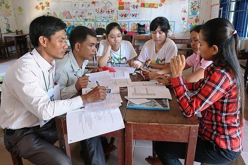 中原大學志工在柬埔寨偏鄉提供國小教師多元英文教案。 中原大學/提供