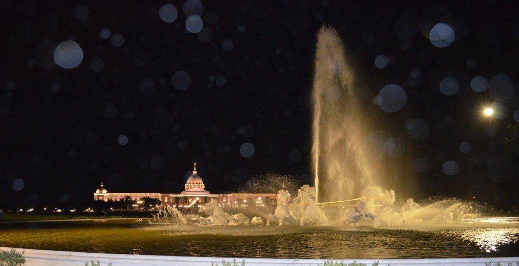 奇美博物館園區夜色迷濛,光影絢麗。  陳慧明 攝影