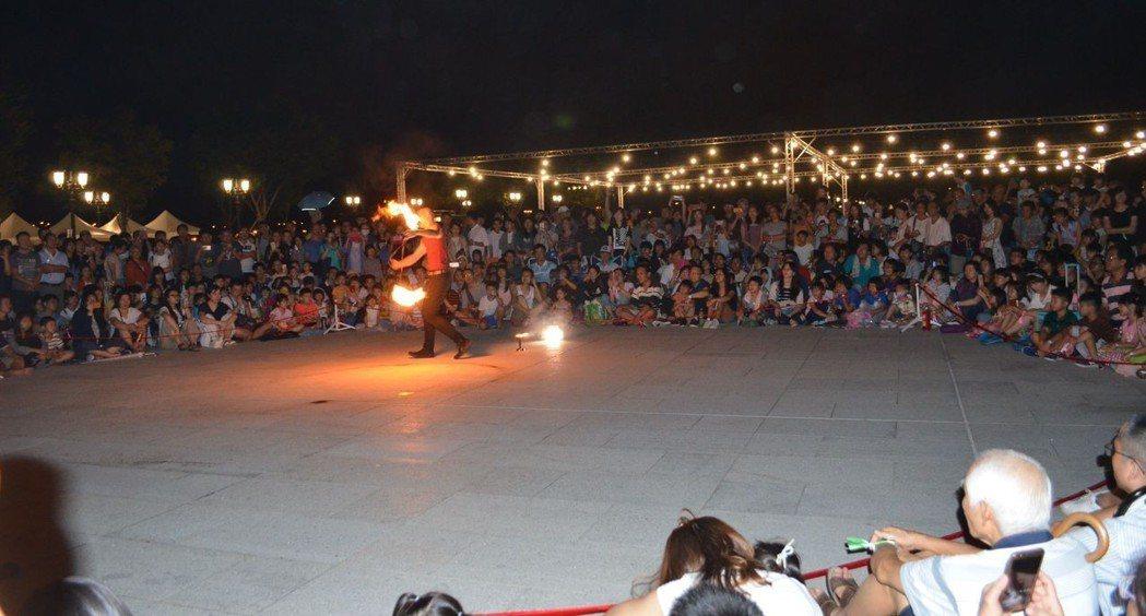 玩火的人-街頭藝人表演。  陳慧明 攝影