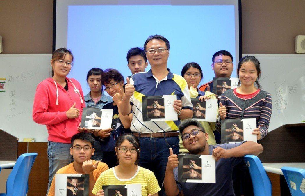 珠寶首席設計師吳佳楨老師(中),與學生合影。 圖/美和科大提供