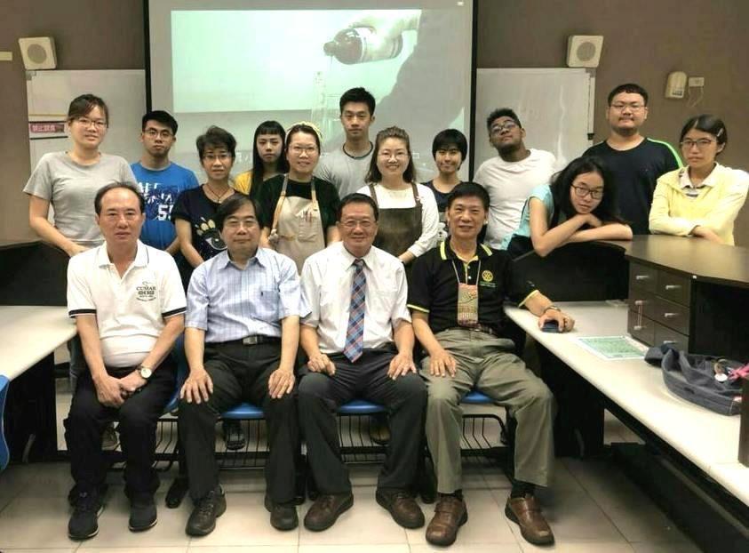 黃義仁教授(前排左二)。 圖/美和科大提供