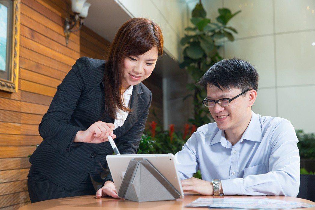 中堅上班族善用保險強化保障,穩健累積資產。 中壽/提供