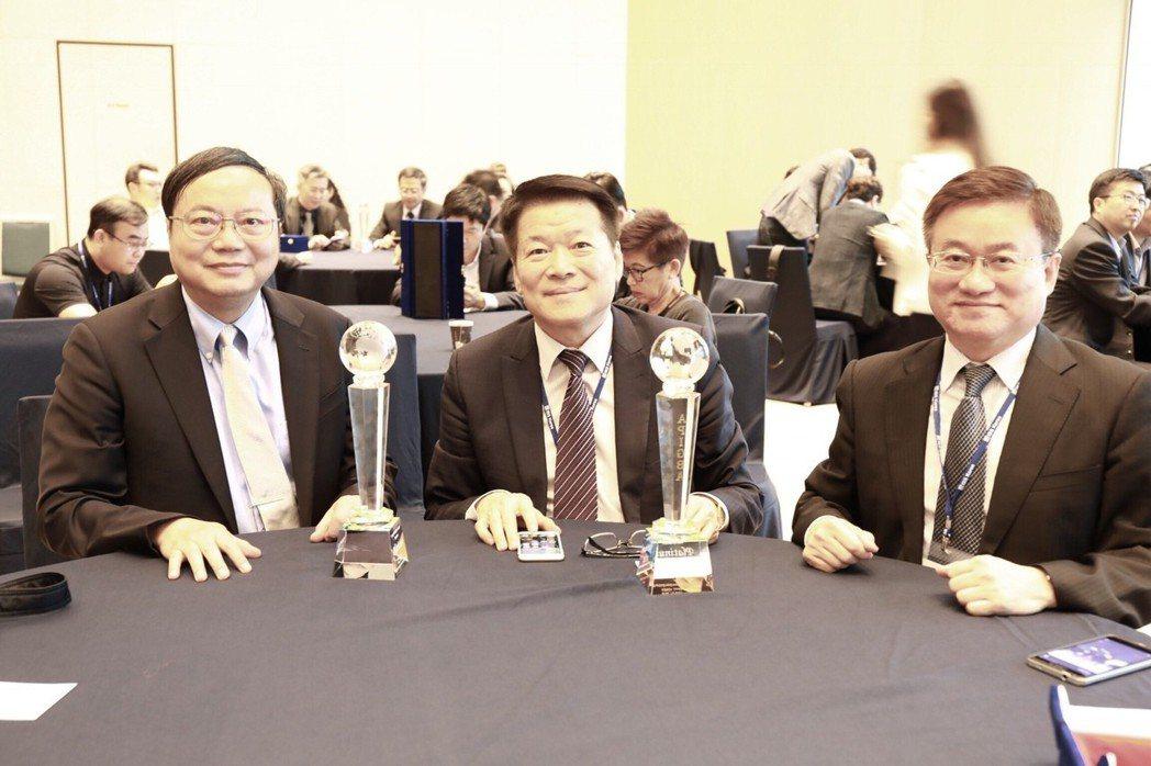 韓國首爾現場,兩大智慧綠建築鉑金獲獎單位代表,(圖左起) 永錄自動化總經理陳勇誠...