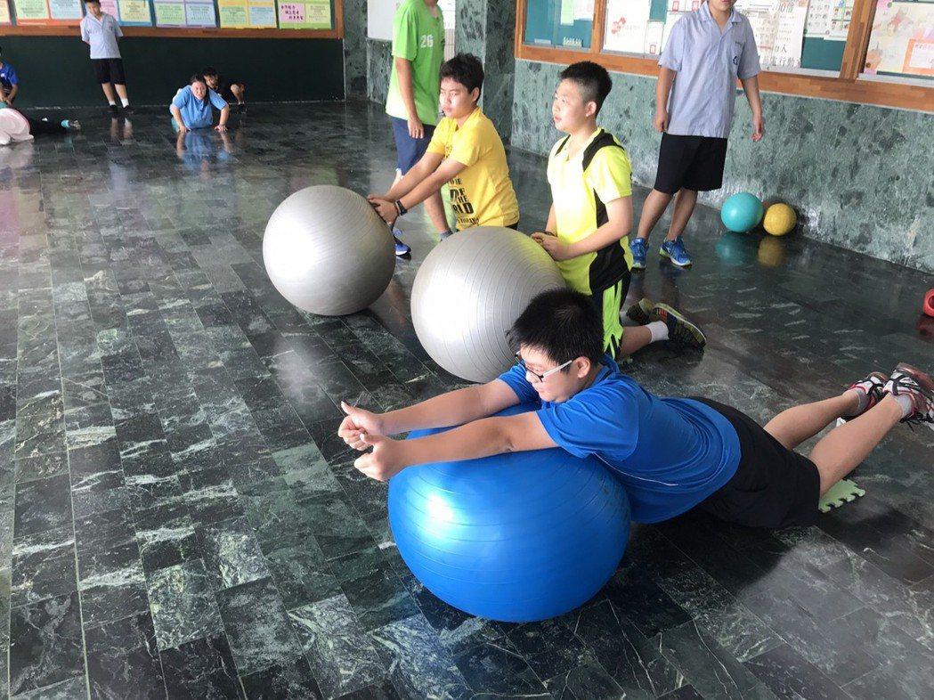 鼓勵孩童暑假多運動,呼籲家長提醒孩童餐後潔牙。 國立臺灣師範大學/提供
