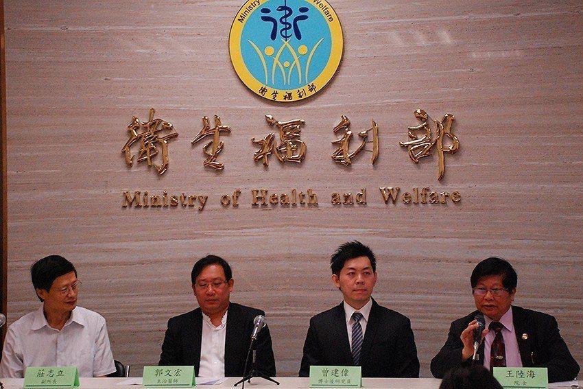 國衛院副所長莊志立(左起)、郭文宏主治醫師、曾建偉博士後研究員、王陸海院士。 國...