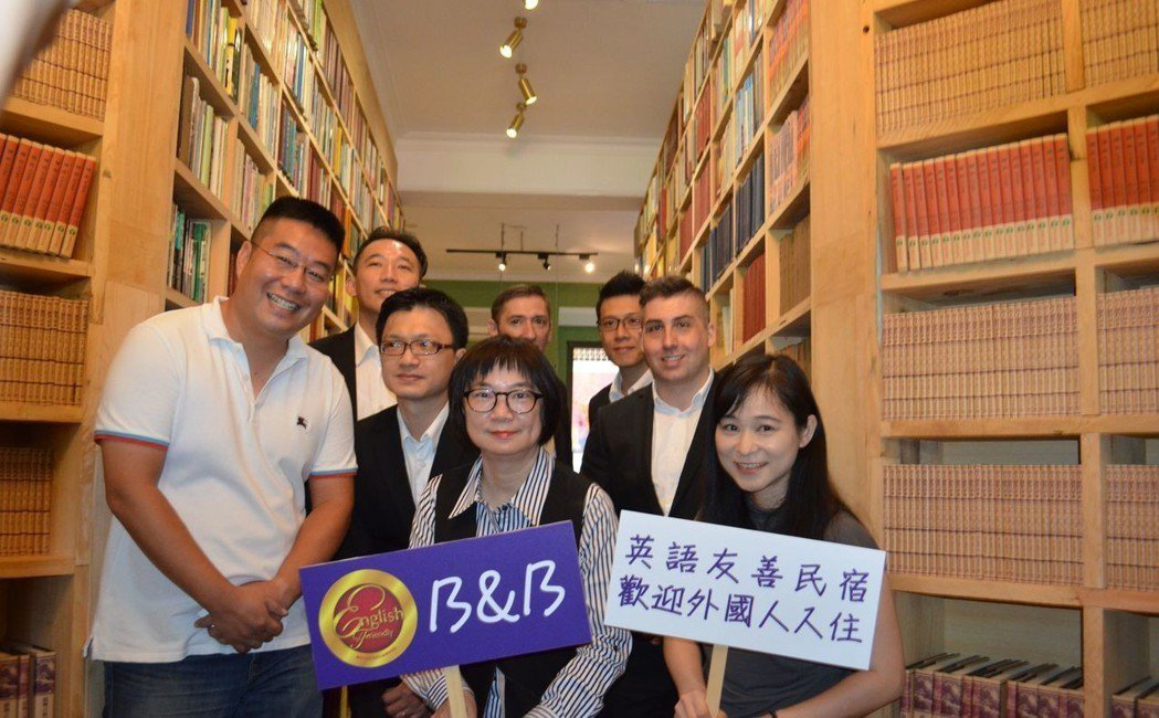田玲瑚(前排右一)、李靖文(前排中)、周榮棠(前排左),以及專業團隊成員在Boo...