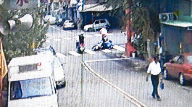 老婦騎機車,在路口被老先生騎的機車撞上。 記者游振昇/翻攝