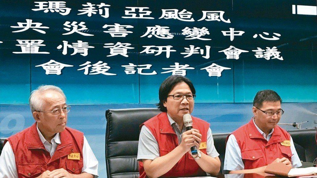 葉俊榮上午前往中央災害應變中心主持前置情資研判會議。 記者江孟謙/攝影