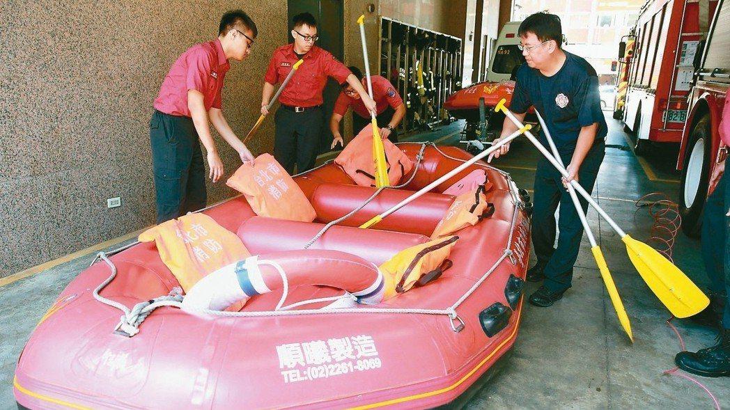 台北市消防局為防範大風大雨帶來災害,提早準備橡皮艇等防颱措施,以備及時救援。 記...