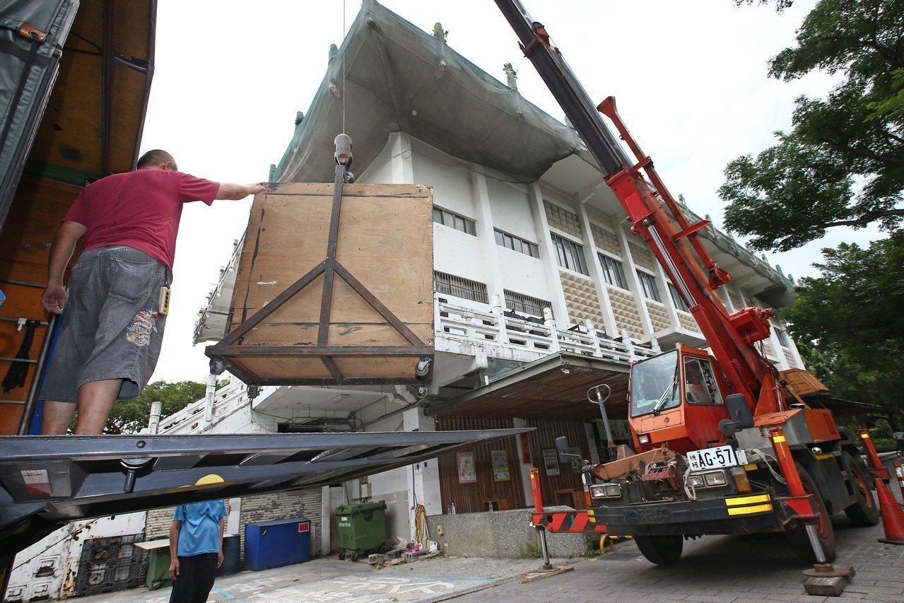 台大鹿鳴堂面臨拆除,工作人員正忙著拆除設備。圖╱聯合報系資料照片