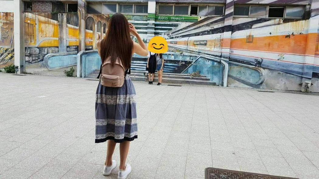 林志玲幫兩位香港的朋友拍照。 圖/擷自林志玲臉書