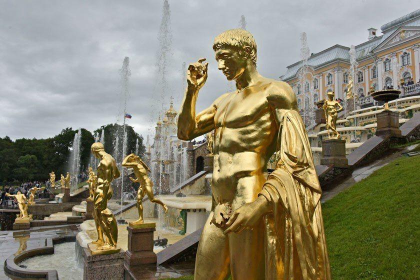 彼得霍夫宮前的雕像閃閃發亮,彼得大帝啊,這次的英法大戰你支持誰呢? 美聯社