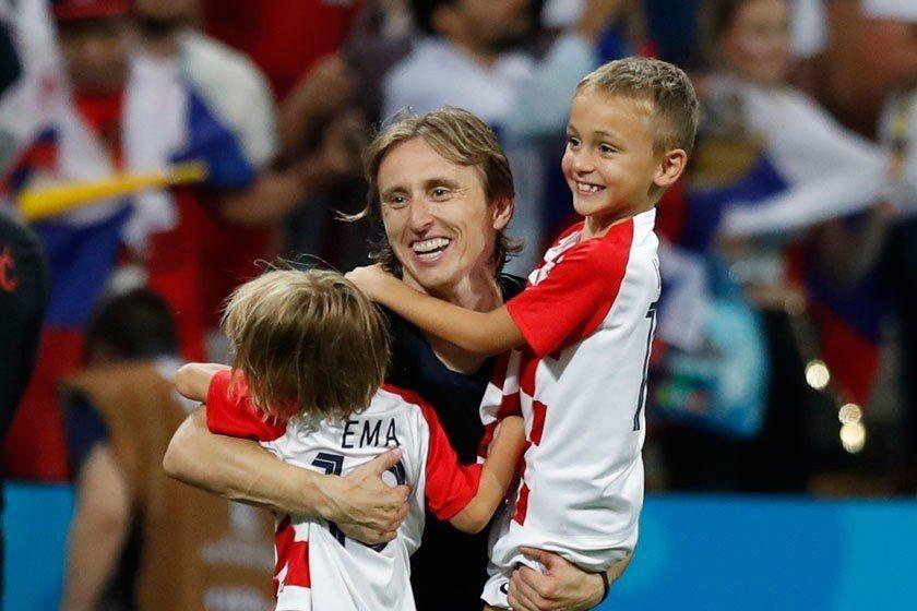 克羅埃西亞隊長莫德里奇將贏球的榮耀在現場立刻分享給兒女,親情的力量能激勵他再發揮...