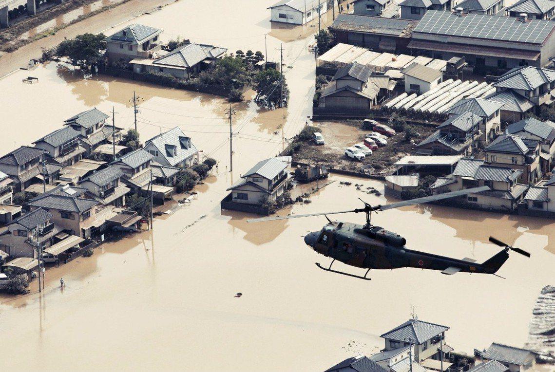 7月9日,陸上自衛隊的直升機,正在淹水慘重的岡山縣倉敷市真備町搜救。 圖/路透社