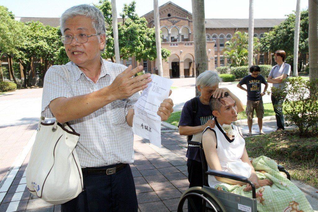 張爸(左)2013年帶著張振聲(坐輪椅者)到台大抗議。報系資料照