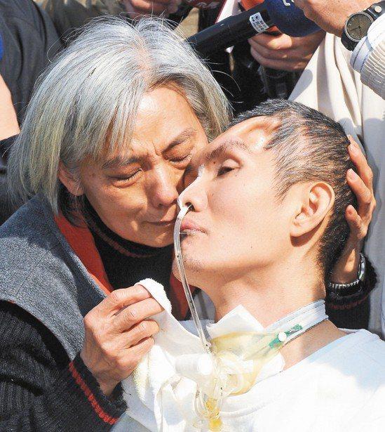 張振聲(右)和其母親。報系資料照