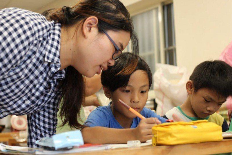 在老師真誠陪伴和認真輔導下,孩子對做功課越來越有興趣。圖/生命力新聞提供