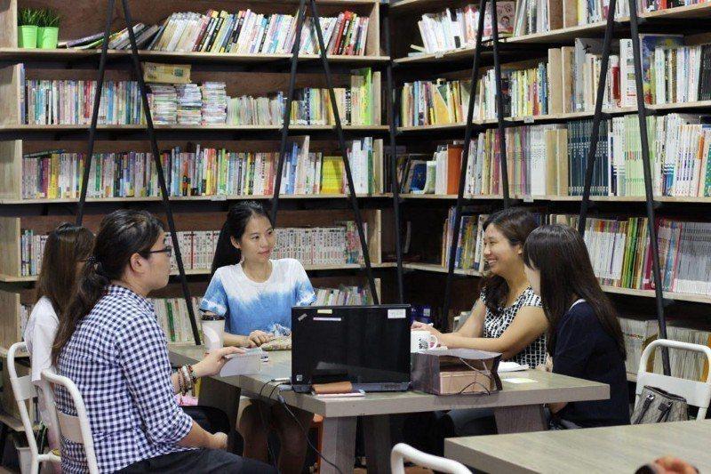 老師開會,一起分享書屋故事,探討書屋建設。圖/生命力新聞提供