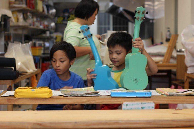 書屋的烏克麗麗課程深受孩子喜愛。圖/生命力新聞提供