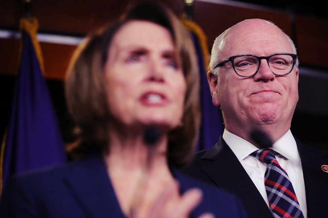 克勞里(右)本被視為民主黨國會領袖裴洛西(左)的接班人,但在敗選後,他仍保持風度...