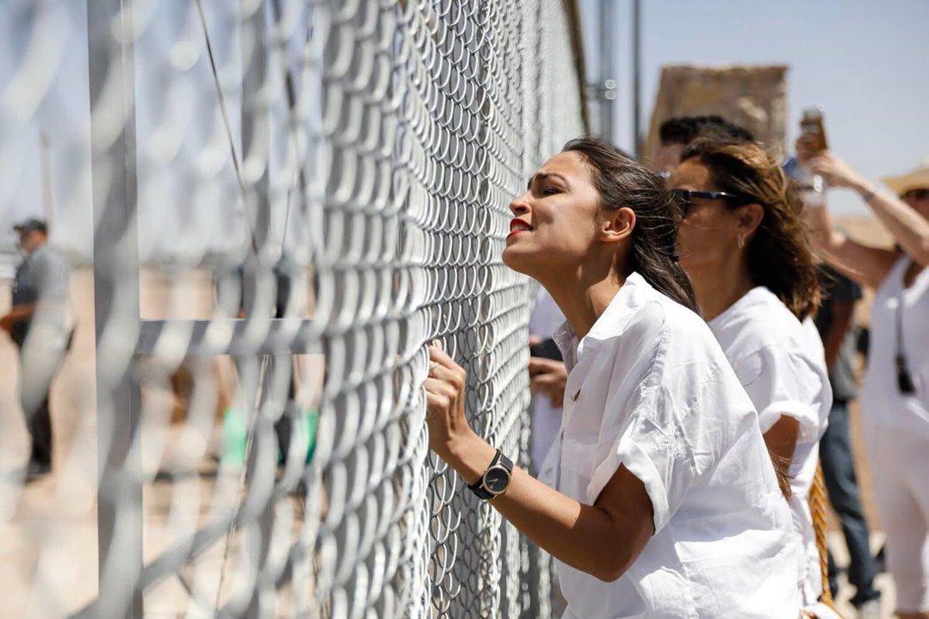 川普強硬遣返移民的政策,更讓選區的「反川」力量集結到歐加修-寇蒂茲的陣營。圖為選...