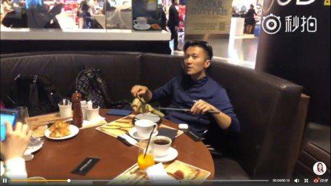 37歲藝人謝霆鋒22年前出道,在全亞洲紅極一時,近幾年鮮少再關注於音樂,反而轉戰飲食界,並開拍廚藝節目「十二道鋒味」、「鋒味廚房」等節目。9日香港知名經紀人霍汶希在微博放上了一段影片,並幽默寫著:「...