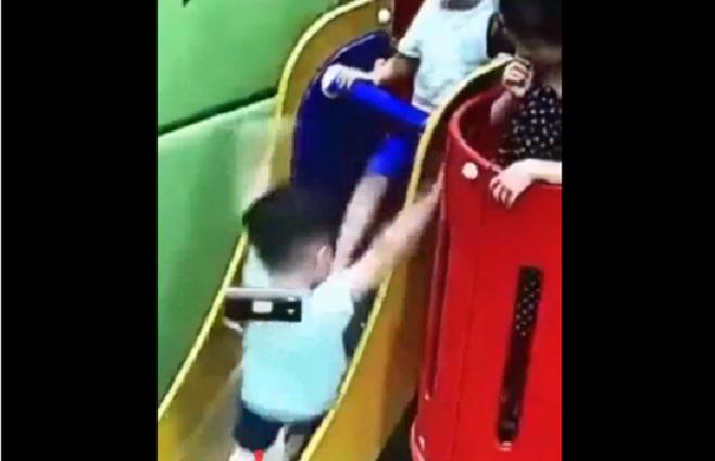 五歲的兵兵(左)遭陌生的孩子踹下溜滑梯,導致手臂嚴重骨折。取自看看新聞