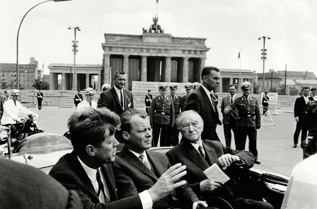 我們曾是柏林人。1963年冷戰高峰期間,甘迺迪總統(左)特別訪問柏林,並在柏林市...