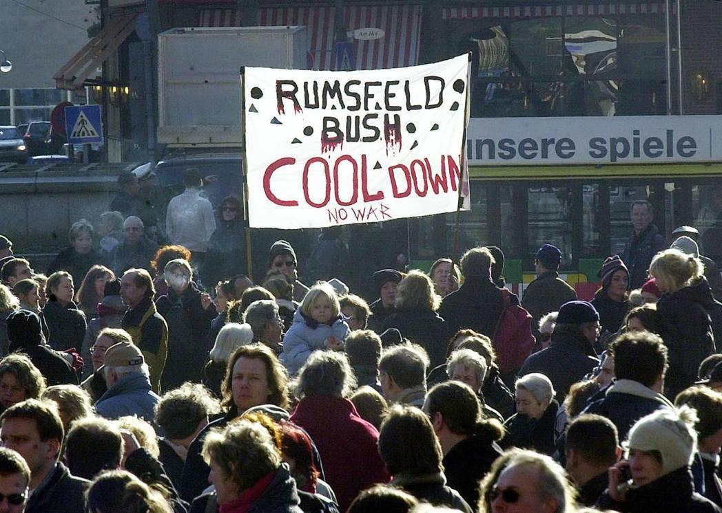 「倫斯斐!小布希!冷靜,不要戰爭」2003年3月,入侵行動開始前,德國科隆的反戰...
