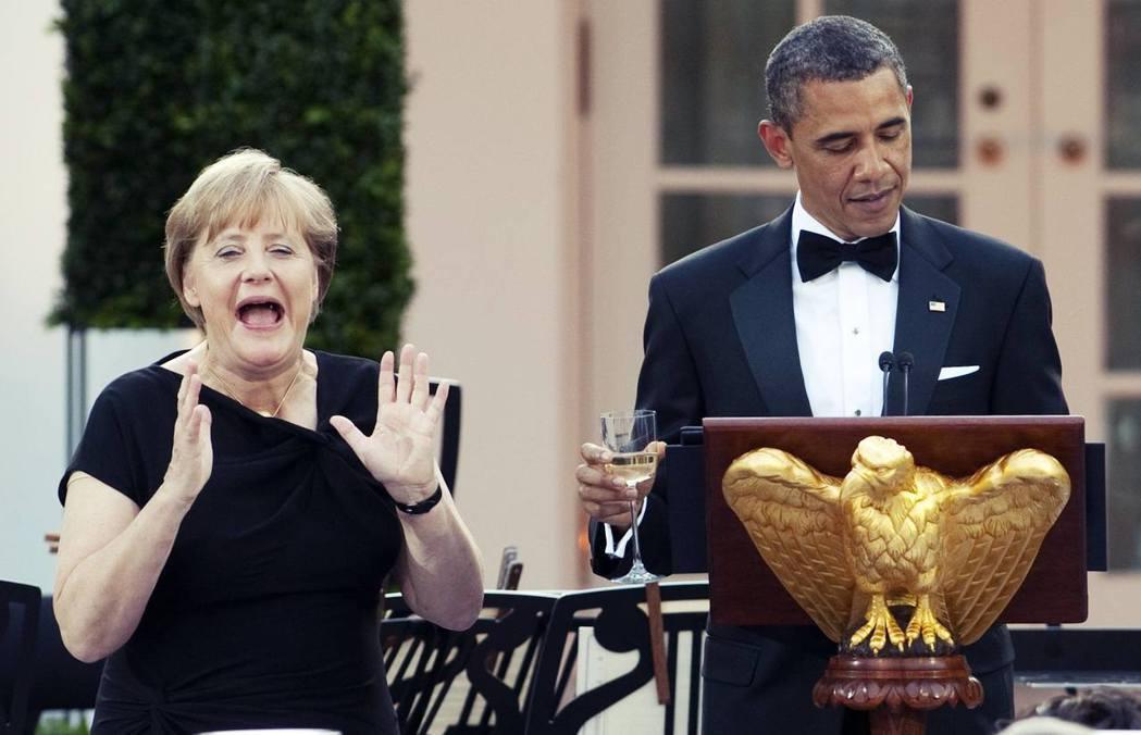 2011年梅克爾訪美,在白宮國宴上,對歐巴馬總統講笑話的反應。 圖/美聯社