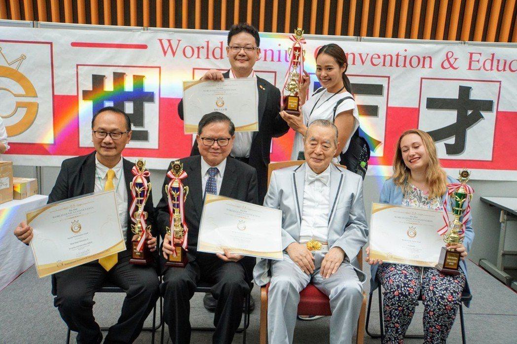 林哲安(後排左一)先生是台灣第二位拿到大天才獎的得主。 中華創新發明學會/提供。