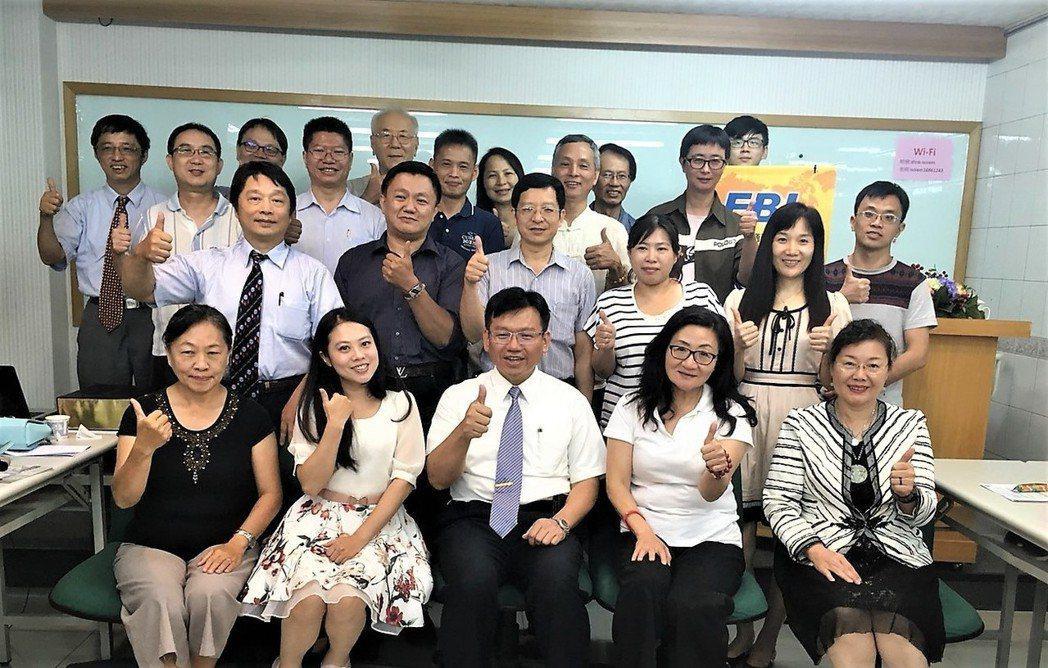 徐國雄博士(第一排中)主辦的EBI富總裁實戰班已經幫助了數百位企業人士建立企業的...