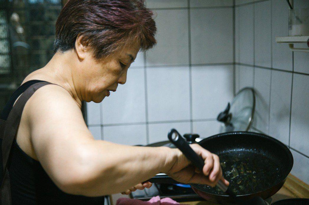 七十歲李沛諭是「灶神」之一。記者吳姿瑩/攝影